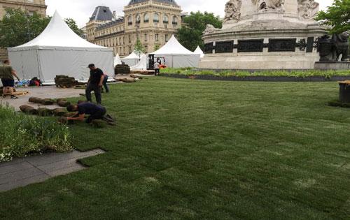 Paris, engazonnement de la Place de la République pour l'évènement BiodiversiTerre 2018