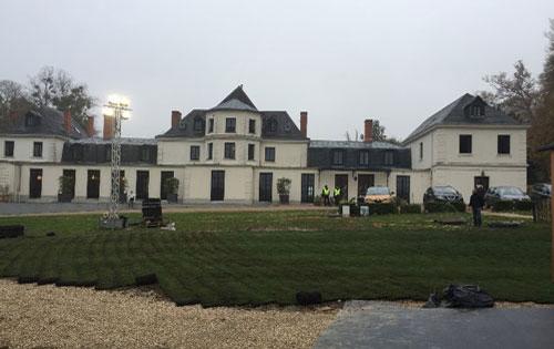 Engazonnement d'une cour de château en Haute-Normandie pour le tournage d'une publicité pour le Groupe Renault